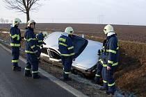Hasiči vyprošťovali z příkopu automobil u Rozhovic.