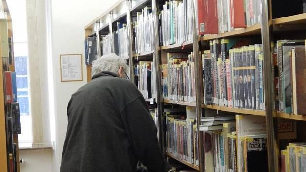 Do knihoven se vrácejí čtenáři. Ilustrační foto.
