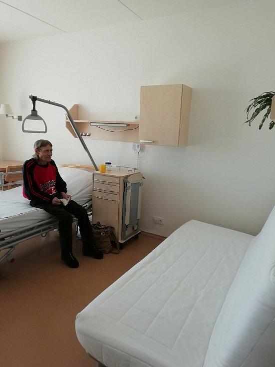 Nejznámější chrudimský bezdomovec Jiří Black Hromádko zemřel v červenci roku 2019. Dárci mu ve finanční sbírce umožnili důstojné dožití v hospicu.