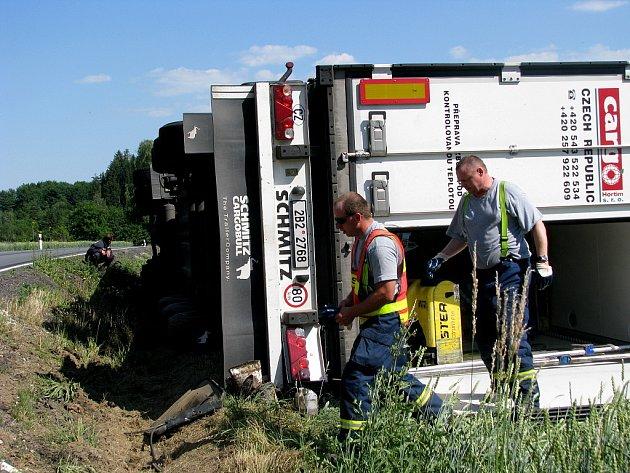 Kamion se po nehodě ve Rváčově převrátil na bok. Únik nafty museli likvidovat hlinečtí hasiči.