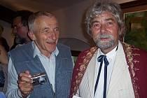 Fotograf Vladimír Mostecký (vlevo) v rozhovoru s malířem Josefem Minaříkem.