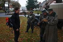 """Na jeden den se o víkendu vrátili v čase účastníci Memoriálu československých parašutistů. Na 70 kilometrech pochodu na ně čekaly všemožné """"protektorátní"""" výzvy a nesnáze."""