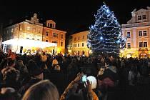 Vánoční smrk na Resselově náměstí byl  v roce 2012 rozsvícen o první adventní neděli.