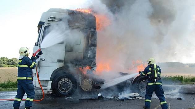 Příčinou vzniku požáru bylo pravděpodobně přidření levého kola zadní nápravy tahače. Došlo k prasknutí pneumatiky, která se vznítila.
