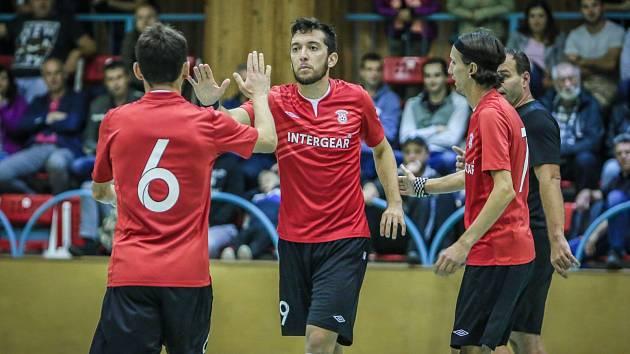 Jeden z jedenácti. Oslava bratrů Marešových s Felipem (uprostřed) po chrudimském gólu.