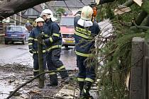 I na Chrudimsku měli hasiči s vichřicí plné ruce práce.