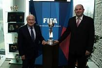 Šéf FIFA Sepp Blatter (vpravo) a předseda FAČR Miroslav Pelta.