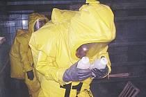 Hasiči odnášejí nebezpečné látky.