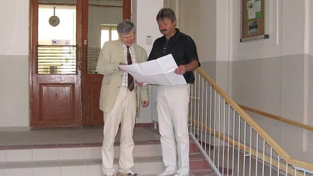 STAROSTA Aleš Jiroutek předává řediteli základní školy Stanislavu Mrázovi dokončené dílo.