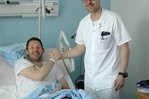Ján Lašák z úrazovým chirurgem Pavlem Holekou po loňské operaci kolene v Chrudimské nemocnici.