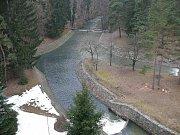 Poškozená rozhledna Bára na Podhůře se částečně sesula. Nyní je o 15 metrů nižší.