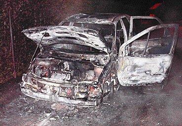 Hasiči zasahovali u nočního požáru vozidla.
