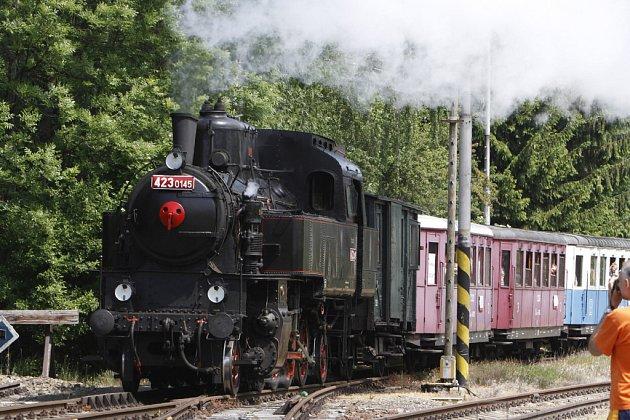 Jízda parního vlaku mezi Prachovicemi a Přeloučí.