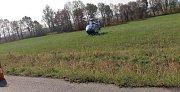 Těžce zraněného řidiče odvezl vrtulník do pražské nemocnice.
