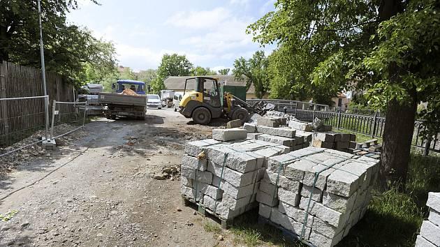 Tylovo nábřeží v Chrudimi prochází opravou.