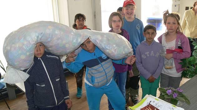 Do sbírky víček pro Míšu Teresku přispěli i žáci ze Speciální základní školy Chrudim v doprovodu vychovatelky Nadi Rybišárové.