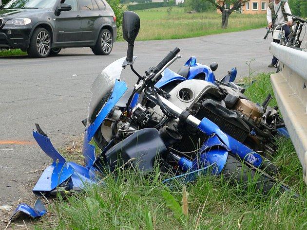 Motorkář byl zraněn při střetu s osobním automobilem poblíž odbočky na Kunčí mezi obcemi Slatiňany a Nasavrky.