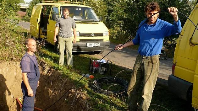 Technici opravují poškozený optický kabel.