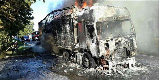 V Heřmanově Městci shořel kamion.