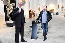 """""""Fotit nelze hlavně detaily soch, aby si je netipovali zloději,"""" říká chrudimský místostarosta Roman Málek (vlevo)."""