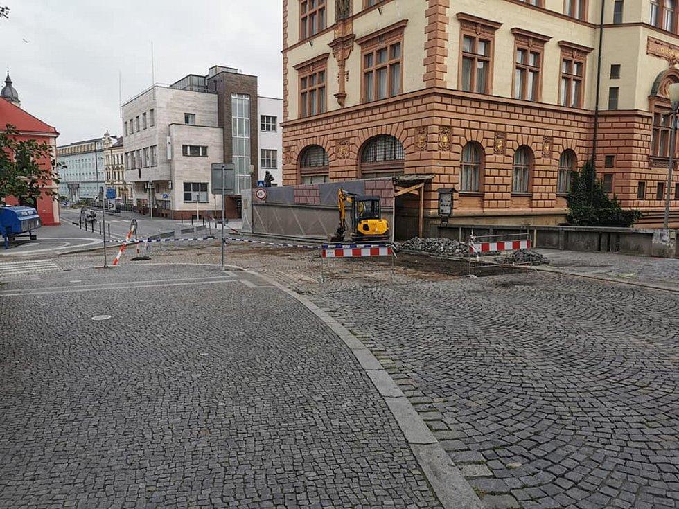 Pracovníci Vodárenské společnosti Chrudim pracovali na odstranění havárie celou páteční noc. Někteří byli odvoláni z dovolené.