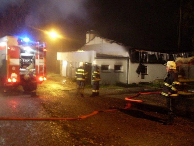 Při požáru v Hlinsku uhynulo 100 vepřů a 800 selat.