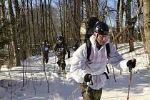 Chrudimští výsadkáři zdolávají překážky extrémního závodu Winter Soldier