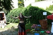 Životem Lindy Barrjijové z Chrudimě byly ohnivé show, šermířská a žongléřská vystoupení, produkce s živými hady nebo prodej řemeslných výrobků a vlastnoručně šitých oděvů na historických akcích.