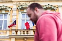 Francouzská zástava  zavlála v souvislosti s teroristickými útoky na náměstí v Opočně. Podorlické město je partnerem pařížského Puteaux, kde žil a zemřel slavný opočenský rodák malíř František Kupka.