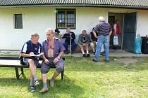 Zdeňka Tesaře (vpravo) zpovídal při oslavách 80. výročí kopané v Kočí dopisovatel Deníku Jaromír Doležal.