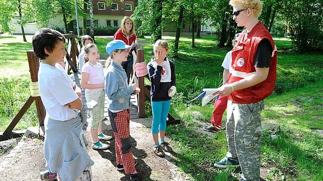 Hlídky mladých zdravotníků z Chrudimska se utkaly v Městském parku.