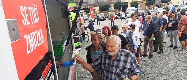 Žádný klasický předvolební mítink, ale pouze autogramiáda. Na Babiše přišlo vChrudimi asi 150lidí.