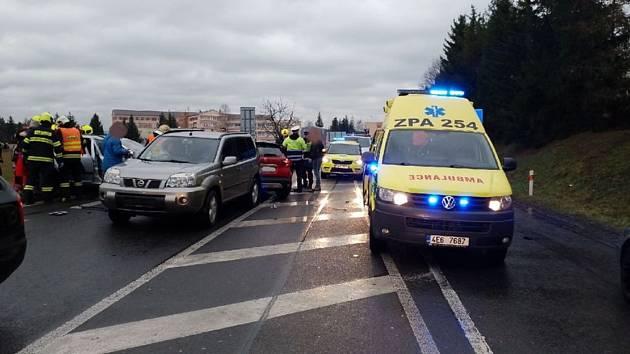 Hned pět vozidel se střetlo v pondělí ráno  v Chrudimi, jeden člověk nehodu nepřežil.