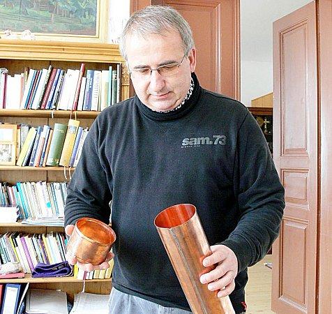 Měděný tubus se po uložení dokumentů zaletuje. Jiří Hiblt doufá, že bude vodotěsný a dokumenty uvnitř přežijí.