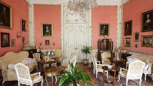 Státní zámek Slatiňany zahájil 1. května návštěvnickou sezonu i přes probíhající opravy a rekonstrukce zámku a parku.