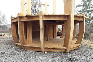 Stavba archy v Proseči pokračuje. Snímky jsou z 26. března 2018.