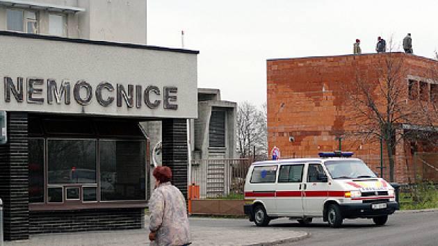Stavební ruch v areálu chrudimské nemocnice.