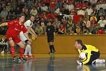 V pátém rozhodujícím utkání nečekaně vyrovnané semifinálové série dokázali chrudimští futsalisté po výborném kolektivním výkonu zvítězit třígólovým rozdílem nad soupeřem z města automobilů a probojovat se tak do finále.