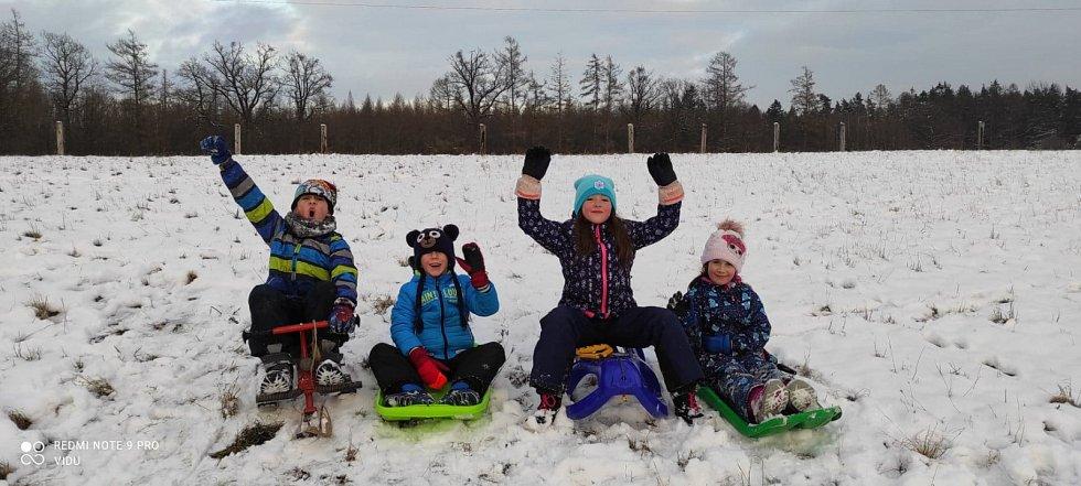 Radující se děti na kopečku za vesnicí ve Smrčku na Chrudimsku. Foto: Viktor Dubský