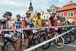Účastníci 16. ročníku cyklomaratonu Manitou Železné hory České spořitelny na startu na Resselově náměstí.