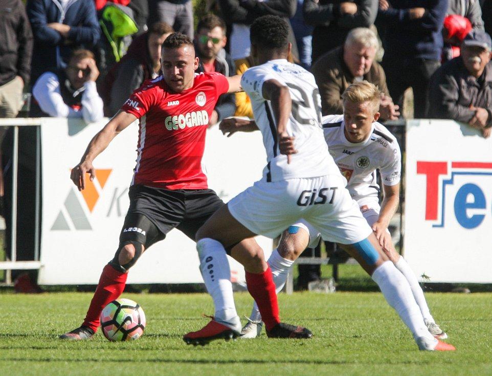 Duel Fortuna národní ligy mezi MFK Chrudim (v červenočerném) a FC Hradec Králové (v bílém) na sta
