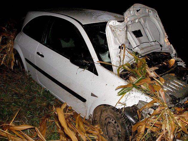 Vozidlo u Medlešic skončilo v příkopě.