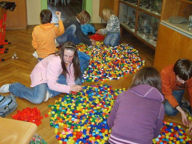Skutečské děti sbírají plastová víčka. Rády by překonaly národní rekord. Bude jich dost?
