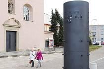 Kovový poutač bude lákat návštěvníky na aktuální program Muzea barokních soch.
