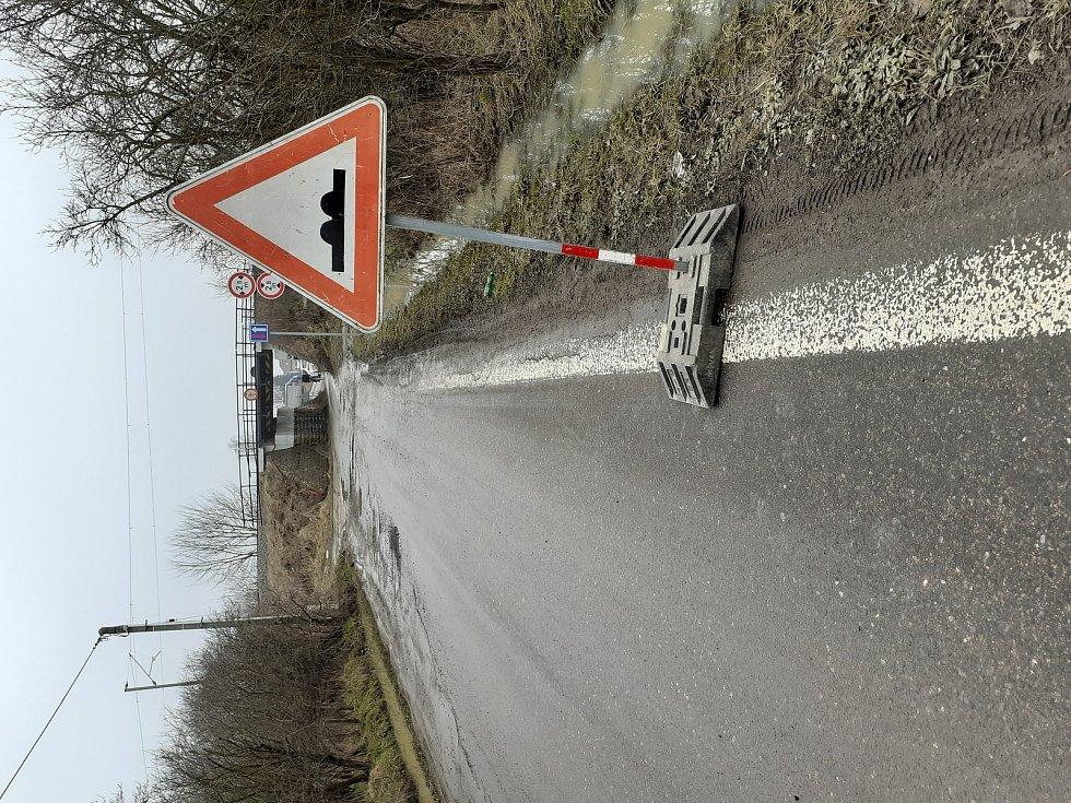 Některé silnice na Hradecku jsou po mrazivém týdnu bohatém na sníh pln děr. Jedny z největších, ve kterých může automobil zapadnout do půli kola, na řidiče číhají na silnici spojující Svinary v Hradci Králové se Slatinou. Silničáři už stačili poškozenou s