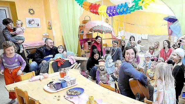 Ve slatiňanské školce Děvčátko Momo oslavovali netradiční masopust.