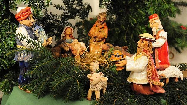 NA SLATIŇANSKÉ výstavě Vánoce na zámku stojí za zhlédnutí i keramický betlém, který nejen pro tento účel vlastnoručně vytvořila učitelka slatiňanské ZUŠ Věra Jandová. Na snímku průvodkyně Monika Bujnochová instaluje postavy betléma.