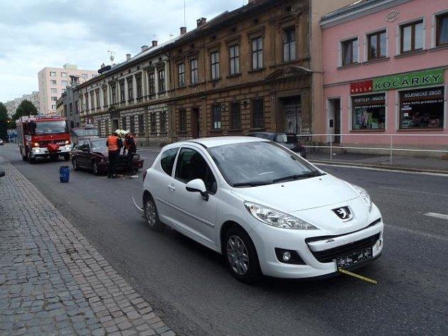 Na Palackého třídě v Chrudimi se srazila čtyři osobní auta.