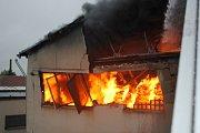 Hasiči likvidují požár ve firmě Kovolis Hedvikov v Ronově  už druhý den.
