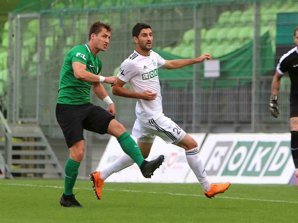 Bojan Letič (v bílém) kraloval sobotnímu zápasu v Karviné. Nestíhal ho ani Rudolf Skácel.